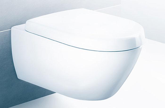 Scheerspiegels zeepbakjes borstelhouders en toiletbrillen in